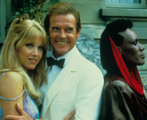 BOND-STJERNER: Tanya Roberts, Roger Moore, Grace Jones i A View To A Kill. FOTO: NTB Scanpix