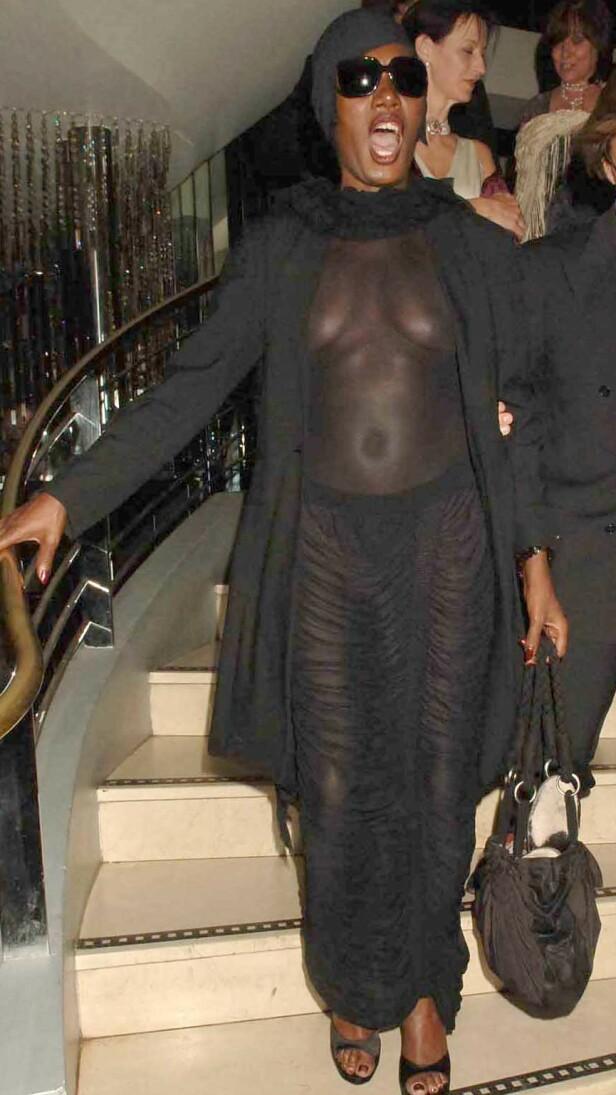 LUFTIG: Grace Jones er kjent for å like nakenhet. Da hun besøkte Norge som innhopper under Bergenfest i 2016, stilte hun i hvit kroppsmaling og lite annet. Her på fest i London i 2006. FOTO: NTB Scanpix