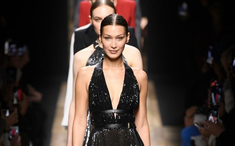 MICHAEL KORS: Supermodell Bella Hadid leder Michael Kors showet med en glødende look. Foto: NTB Scanpix
