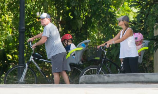 <strong>I FLORIDA:</strong> Prinsessebarna lever et skjermet liv i Florida, sammen med foreldrene Chris O'Neill og prinsesse Madeleine. Her fra en sykkeltur i 2018. FOTO: NTB scanpix