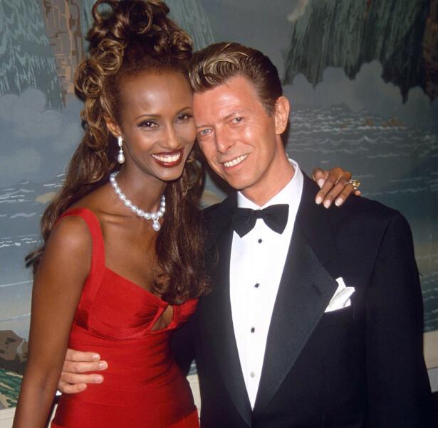 IMAN OG BOWIE = SANT: Året er 1993, og David og Iman har trukket i finstasen i forbindelse med en veldedighetstilstelning. Det lyser forelskelse og lykke av paret, som giftet seg året før. FOTO: NTB Scanpix