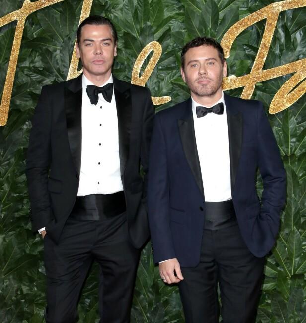 FOTOGRAFDUO: Tyrkiske Mert Alas (t.v) og britiske Marcus Pigott har gjort flere oppdrag med kjente personer, og har selv blitt kjendiser. Her fra The British Fashion Awards i 2018. FOTO: NTB Scanpix