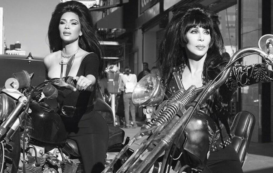 RØFT: Kim Kardashian og artisten Cher dukket opp på bilder til magasinet CR Fashion Book. FOTO: Skjermdump Instagram