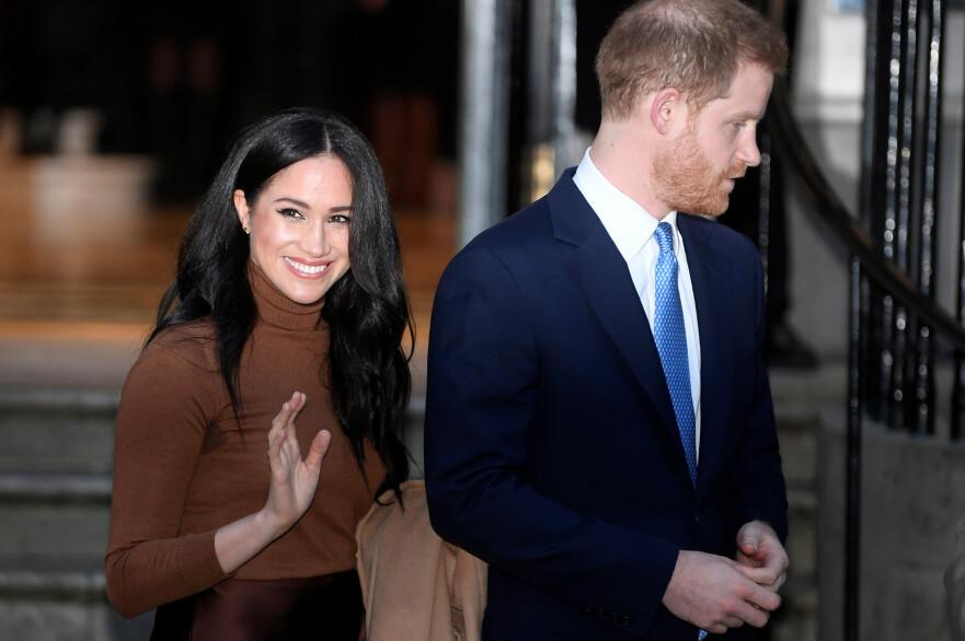 MEGHAN OG HARRY: 38-åringen smiler tappert side om side med ektemannen Harry utenfor Canada House i London 7. januar 2020 - dagen før de avslørte at de ønsket å forlate den britiske kongefamilien. FOTO: NTB scanpix