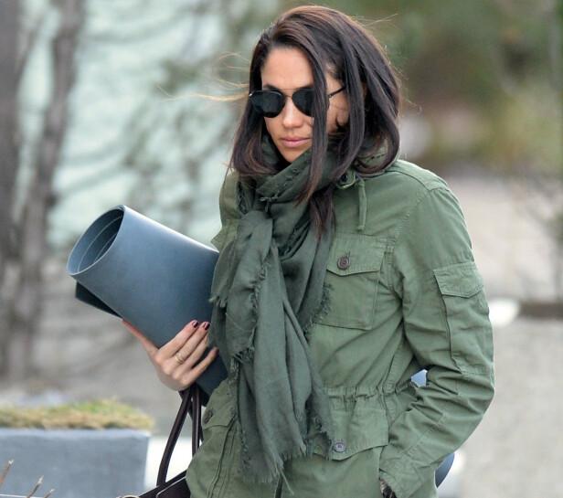 YOGAFRELST: Meghan fotografert på vei til et yogastudio i Canada i 2016, da det nettopp hadde blitt kjent at hun hadde begynt å date prins Harry. FOTO: NTB scanpix
