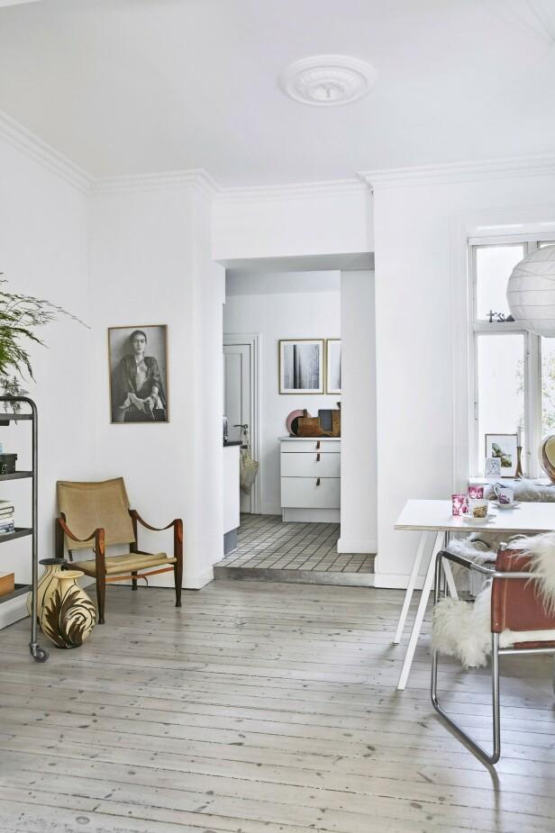 I hjørnet av spisestuen står en gammel, behagelig safaristol under et portrett av kunstneren Frida Kahlo. Også her står det to antikke Kähler-vaser. FOTO: Birgitta Wolfgang Bjørnvad
