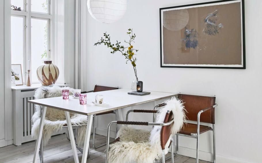 Spisebordet består av bukker fra Hay og en bordplate som er laget av en tømrer. Stolene er fra loppemarked, lampen er fra Den Kinesiske Butik, og kunstverket er av Cathrine Raben Davidsen. FOTO: Birgitta Wolfgang Bjørnvad