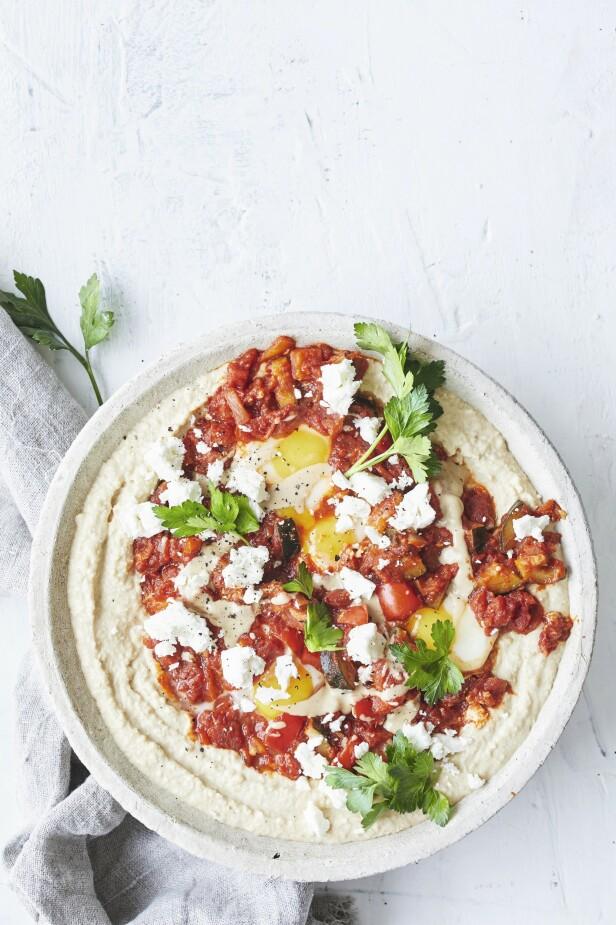 Retten lages med tomatsaus og egg, som her får selskap av hummus og kalles shakshuka. Shakshuka har røtter fra midtøsten og det nordafrikanske kjøkken, der egg posjeres i en deilig tomatsaus. FOTO: Winnie Methmann
