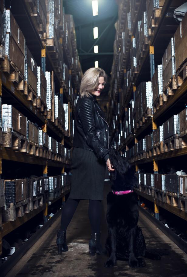 BILOPPHUGGERI: Lise jobber 50 prosent på bilopphuggeriet som hun og Bjarne eier sammen. Der er hun en allrounder, men har med tiden blitt skalert ned da sønnene også har tatt stor del i familiebedriften. FOTO: Astrid Waller