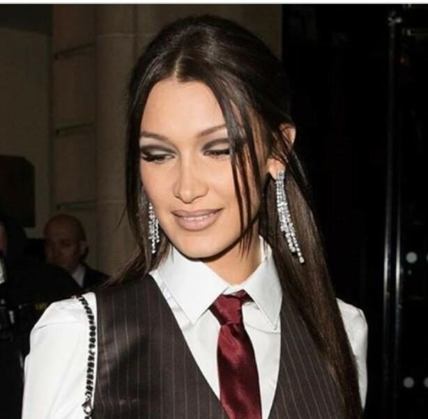 OMFAVNER 90-TALLET: Bella Hadid er ikke redd for å teste ut trender fra mote- og skjønnhetsverdenen. Nå får den brune liplineren prøvd seg under moteuken i Paris! Foto: Skjermdump fra Instagram