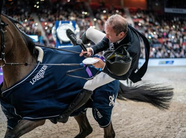 ENDTE GODT: Selv om sprangrytter Geir Gulliksen fikk seg en ufrivillig luftetur under premieseremonien under Gothenburg Horseshow, gikk det bra med både hest og rytter. NTBScanpix