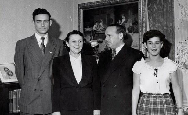 FAMILIEN SOM OVERLEVDE: Leif Grusd og foreldrene Blenda og Hermann (midten), og lillesøsteren Solveig - kalt Lillan - fotografert etter krigen. FOTO: Privat