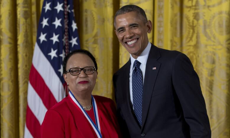 HEDER: Shirley Jackson ble hedret for sitt arbeid av daværende president Barrack Obama. FOTO: NTB Scanpix