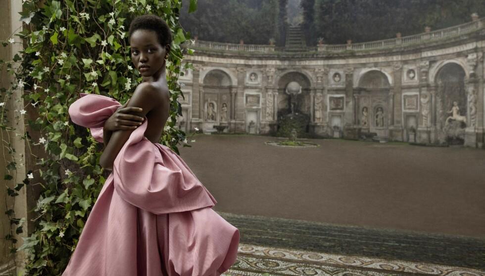 VALENTINOS NYE ANSIKT: Adut Akech er Valentinos nye muse, og står for en av moteverdens mest bemerkelsesverdige reiser. FOTO: Inez&Vinoodh