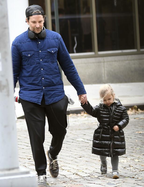 SØT DUO: Bradley Cooper og datteren Lea i New York i november 2019. FOTO: NTB scanpix
