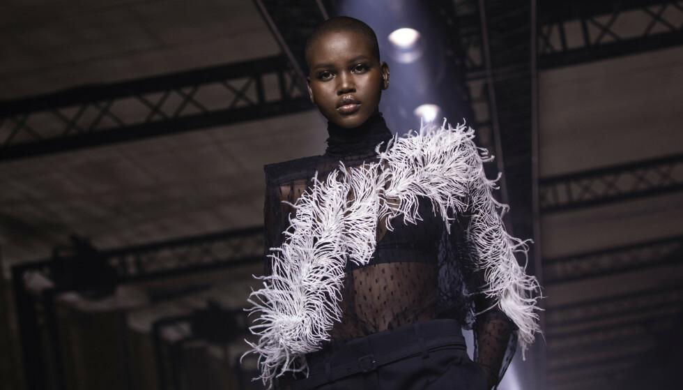 Adut Akech kan velge og vrake i modelloppdrag. Her på catwalken for Givenchy. FOTO: NTB Scanpix