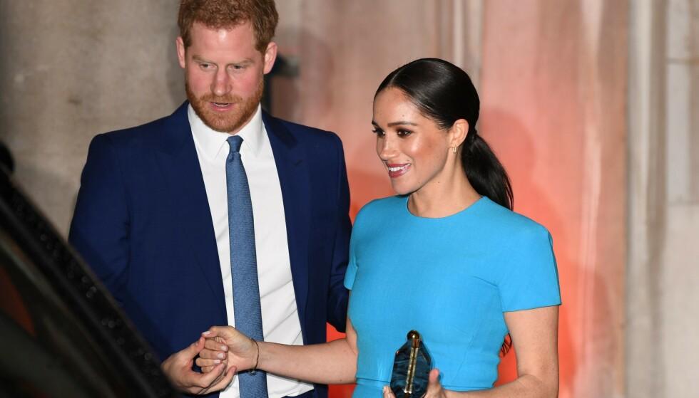 LYKKELIGE: Prins Harry geleidet kona tilbake til bilen, etter at arrangementet Endeavour Fund Awards var ferdig. FOTO: NTB scanpix