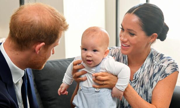 SJARMØR: Dessverre er ikke lille Archie med foreldrene til Storbritannia denne gangen. Her er søte Archie fotografert på sitt første offisielle utenlandsoppdrag, i Sør-Afrika, høsten 2019. FOTO: NTB scanpix