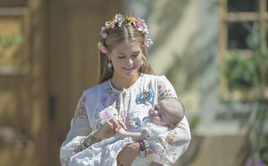 <strong>PRINSESSE ADRIENNE:</strong> Prinsesse Madeleine med yngstedatteren prinsesse Adrienne etter dåpen i Drottningholms slottskyrka i juni 2018. Nå er hun blitt 2 år! Se det sjarmerende bildet i saken! FOTO: NTB scanpix