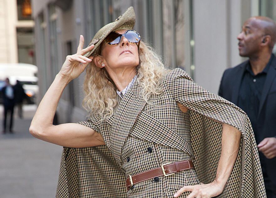 VEKKER OPPSIKT: Celine Dion skuffer ikke med antrekkene sine i New York. Foto: NTB Scanpix