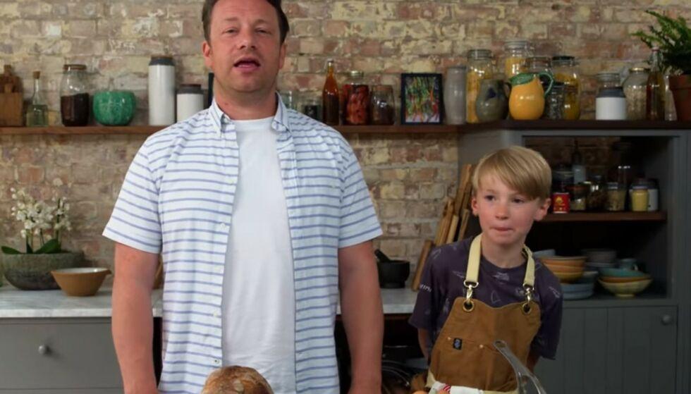 FREMTIDIG KOKK? Jamie Olivers sønn Buddy på ni år imponerer med på kjøkkenet. Foto: Skjermdump fra YouTube
