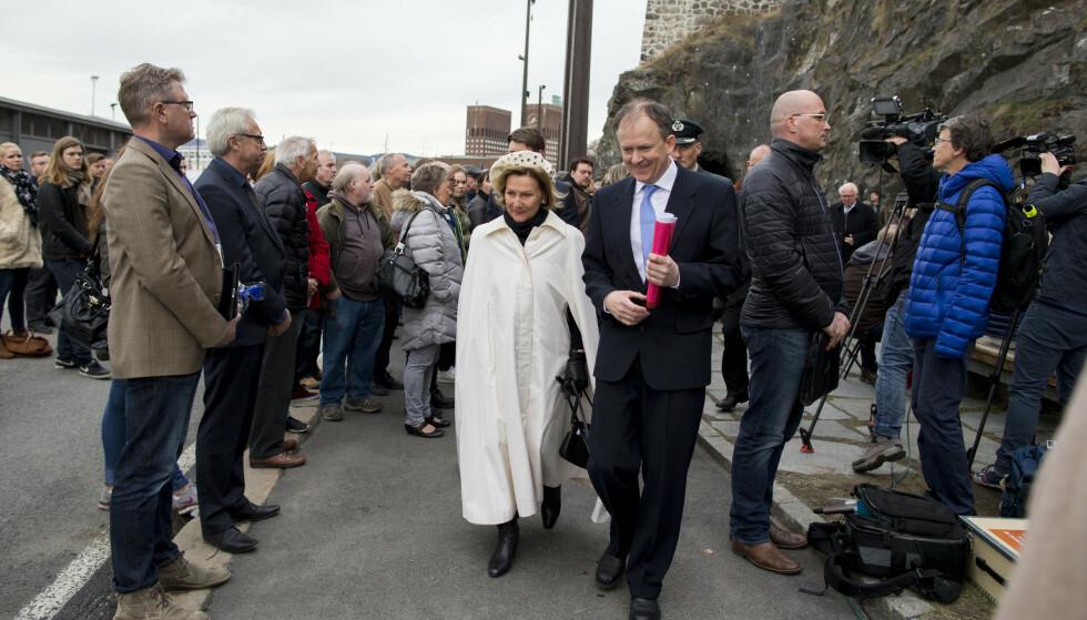 MARKERING: I forbindelse med 25-årsdagen av hendelsen, i 2015, ble det avholdt en minnesmarkering på Akershuskaia i Oslo. Jan Harsem med dronning Sonja etter markeringen. FOTO: Vegard Wivestad Grøtt / NTB scanpix