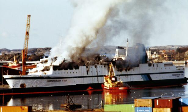 I BRANN: Dette bildet er tatt 8. april 1990, dagen etter katastrofebrannene. Det oppsto totalt syv branner om bord på skipet, før brannpersonell fikk kontroll. Bildet er tatt i Lysekil i Sverige. FOTO: Per Richard Løchen / NTB