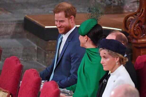 LYKKELIGE: Prins Harry og Meghan smilte og lo til hverandre under Commonwealth Day Service i Westminster Abbey i mars. Dette var et av de siste offisielle oppdragene før de reiser tilbake til Canada. FOTO: NTB scanpix