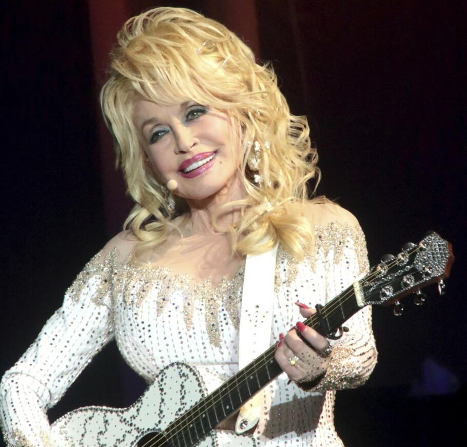 JUBILANT: Dronninga av country og strass fyller 75 i 2021. Gjett hva Dolly Parton ønsker seg i bursdagsgave? FOTO: NTB Scanpix