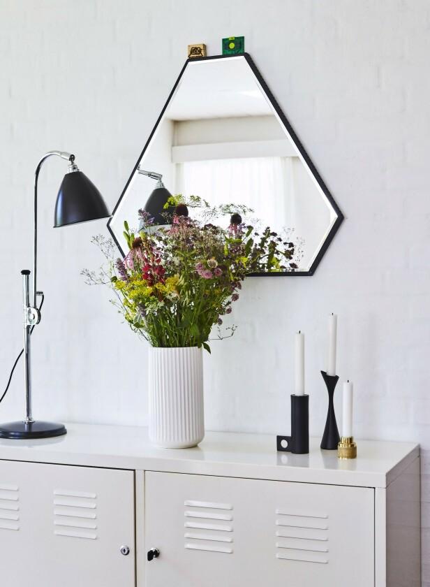 Skjenken er fra Ikea, speilet fra Novel Cabinet Makers, lampen fra BestLite og vasen fra Lyngby Porcelæn. Resten er loppefunn og gaver. Tips! Det er lett å blande ting med ulike former når alt er svart og hvitt. FOTO: Ditte Capion