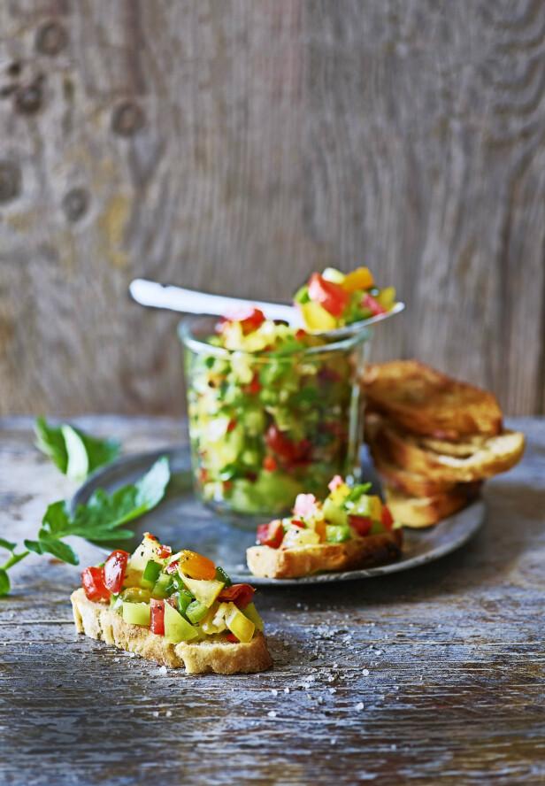 Når det skal gå raskt, er denne friske salsaen fin å servere som forrett på ristet brød. FOTO: Inge Skovdal