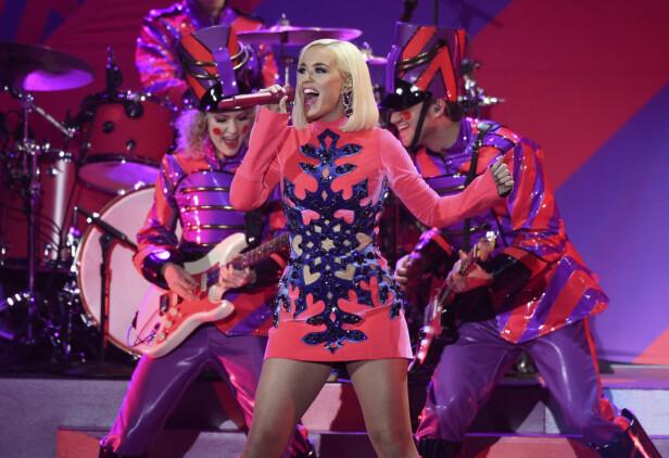 FULL FRES: FOTO: Katy Perry var lettet da hun endelig kunne fortelle fansen at hun venter barn. – Så glad jeg ikke trenger å trekke inn magen lenger, eller å bære en stor veske, skrev hun på sosiale medier. FOTO: NTB Scanpix