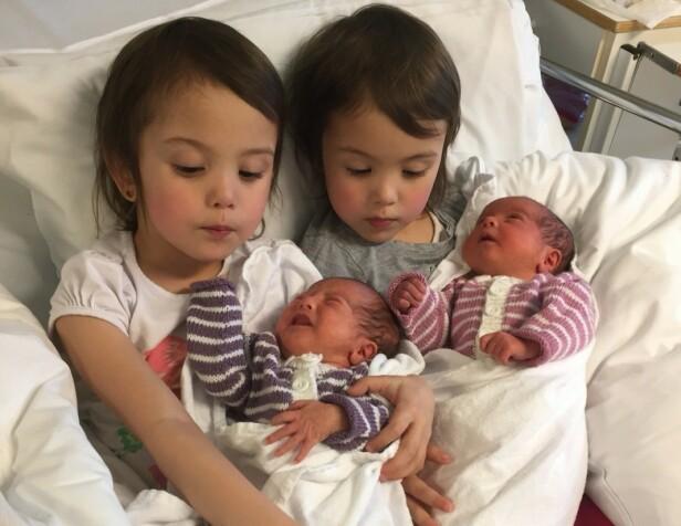 LITE KRANGLING: Maria og Selena elsker å hjelpe til med småsøsknene og er så heldig at de kan stelle hver sin baby. FOTO: Privat