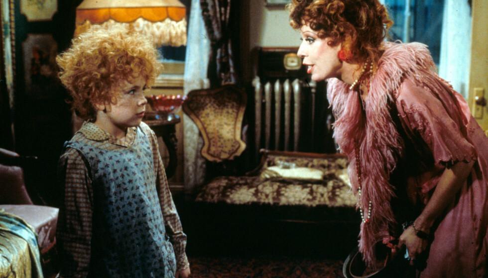 NOSTALGISK: Annie (spilt av Aileen Quinn) med den onde barnehjemsbestyreren Miss Hannigan (spilt av Carol Burnett). FOTO: NTB scanpix