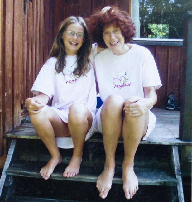 MOR OG DATTER: Om det er et bilde som har betydd noe spesielt? Ellen henter dette bildet av de to, i like nattkjoler. FOTO: Privat