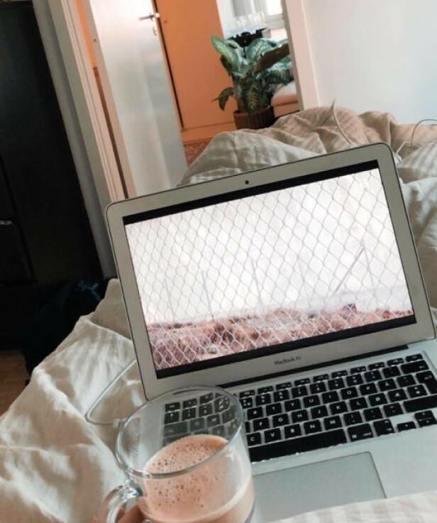 SERIE PÅ SENGEN: Journalist Silje Helgesen hygger seg med kaffe og en episode med «Petter Nyquist i fengsel» på sengen. FOTO: Privat