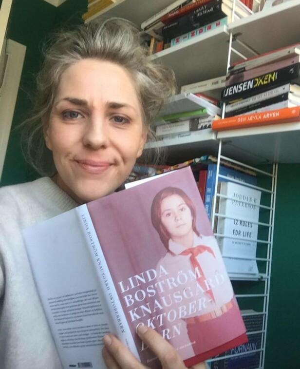 BEINHARD LEKTYRE: Journalist Benedicte leser «Oktoberbarn» av Linda Boström Knausgård, som hun beskriver som både beinhard og bra. FOTO: Privat
