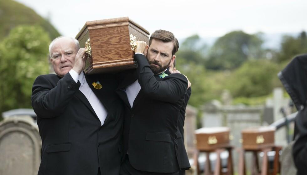 DEADWATER FELL: Legen og familiefaren Tom Kendrick (spilt David Tennant) av må begrave kona og barna etter mordbrannen - hvem har tent på familiehjemmet? FOTO: NRK