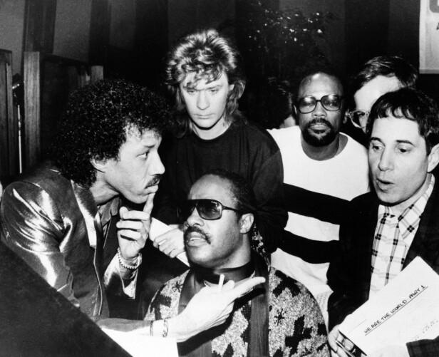 STJERNESPEKKET: Under innspillingen av «We are the world» i 1985 var det et stjernespekket lag som utgjorde gruppen «USA for Africa». Fra venstre Lionel Richie, Daryl Hall, Quincy Jones, Paul Simon og Stevie Wonder. FOTO: NTB Scanpix