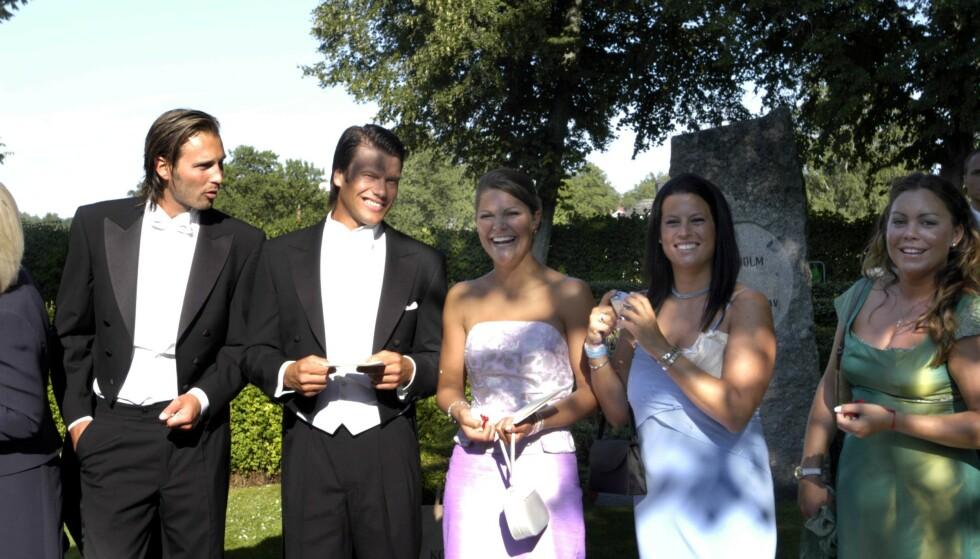 NÆRE BÅND: Kronprinsesse Victoria side om side med bestevenninnen Caroline Kreuger og kjæresten prins Daniel, under et bryllup i 2003. FOTO: NTB scanpix
