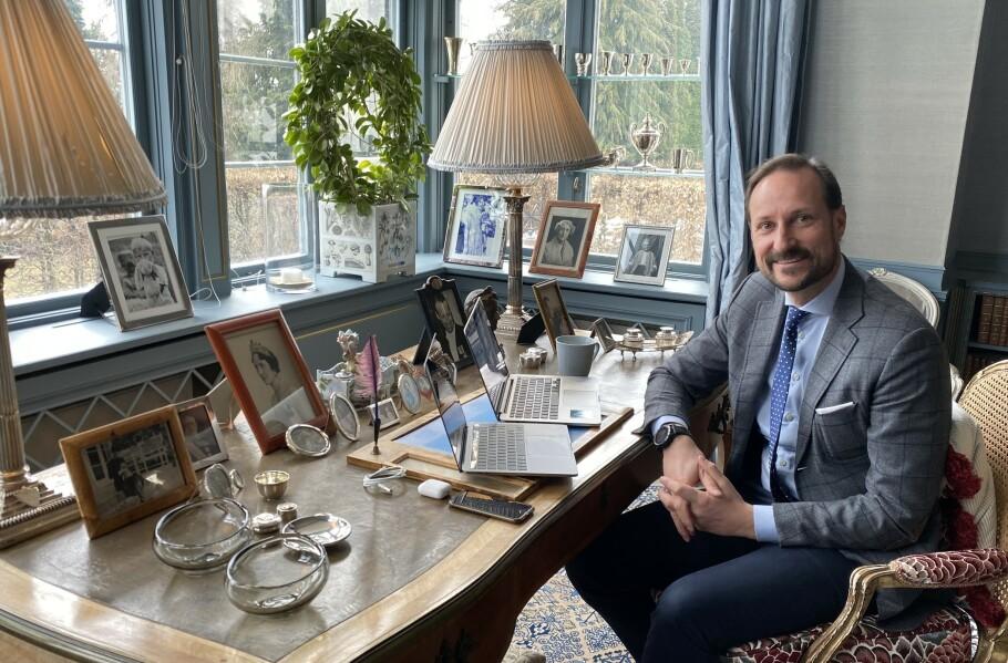 <strong>KRONPRINS HAAKON:</strong> I likhet med mange andre nordmenn har også kronprins Haakon hjemmekontor i disse dager. Denne uken fikk vi være flue på veggen da han holdt videomøte med Bufdir, Bufetat og en orientering fra soldater i Heimevernet, hjemme på Skaugum. FOTO: Det kongelige hoff / NTB scanpix