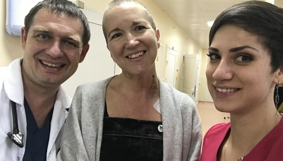 TILLIT: Doktor Denis Fedorenko og behandlingskoordinator Anastasia Panchenko var gull verdt for Karin. Hun fikk tillit til dem fra første stund, og kan fremdeles kontakte dem hvis det er noe hun lurer på.  Karin har mistet mesteparten av håret på grunn av behandlingen med cellegift.  FOTO: Privat