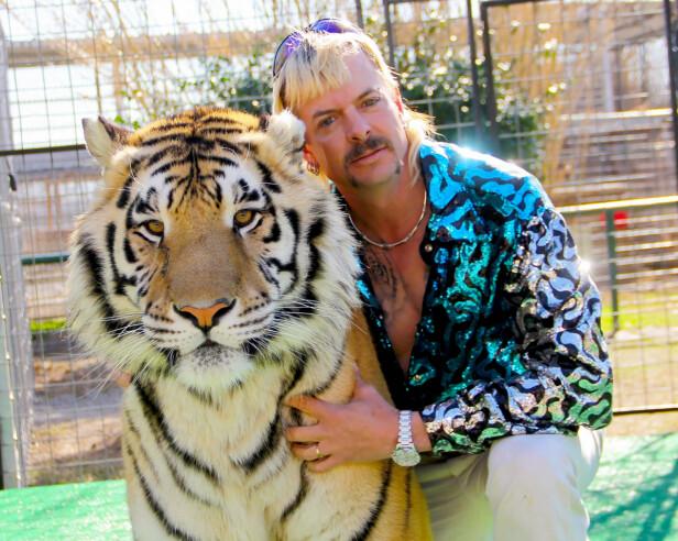 EKSOTISK PAR: Joe Exotic sammen med en av de over hundre store kattedyrene i parken hans i Oklahoma. FOTO: Netflix