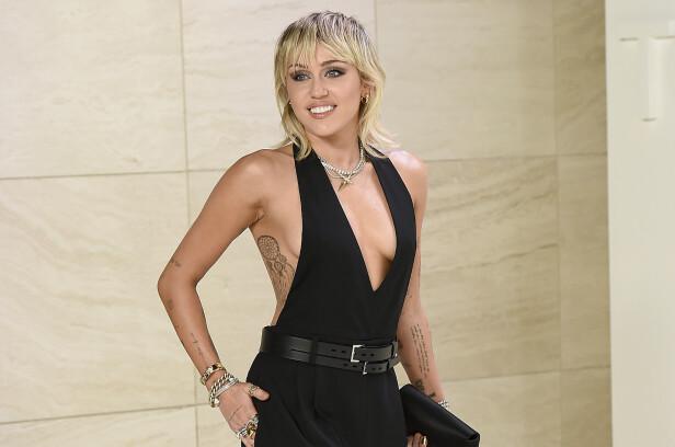 SMILEY: Miley Cyrus er egentlig oppkalt etter sitt eget smil. Her fra Tom Ford-visningen i 2020. FOTO: NTB Scanpix