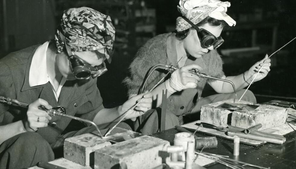 ARBEID: Kvinnelige sveisere på Henry Ford bilfabrikk i Detroit i 1942. FOTO: NTBScanpix.