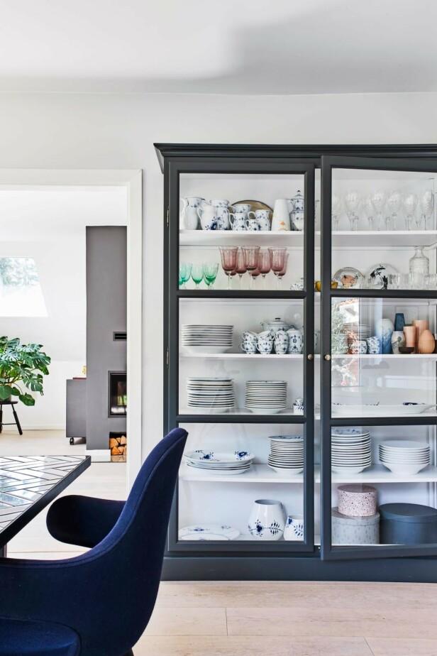 Still ut de fineste tingene dine i et vitrine skap. Det gir en koselig stemning. Skapet er fra Lindeberg Design og er et av Camillas beste kjøp. FOTO: Høeg + Møller