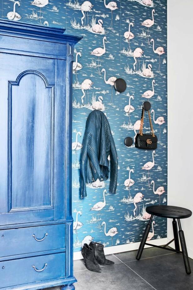 Oppgrader et gammelt møbel i en stilig farge. Her har Camilla malt et skap i fargen «Black Flame» fra Dyrup. Tapetet med svaner er fra Cole & Son. Tips! Mal en vegg blå, eller kle den med et mønstrete tapet. Det er en lett og prisvennlig måte å forandre et rom på. FOTO: Høeg + Møller