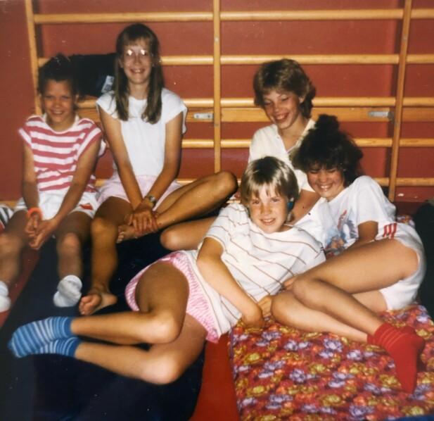 STEVNE: Her er Lene (i midten foran) på overnattingstevne med Lørenskog friidrett. Som vanlig sov de i gymsaler. FOTO: Privat