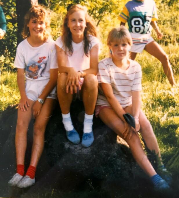 SPORTSJENTE: Idretten var viktig for Lene. Her er hun på stevne sammen med to venninner. Vi ser Lene til høyre med kort, lyst hår. FOTO: Privat