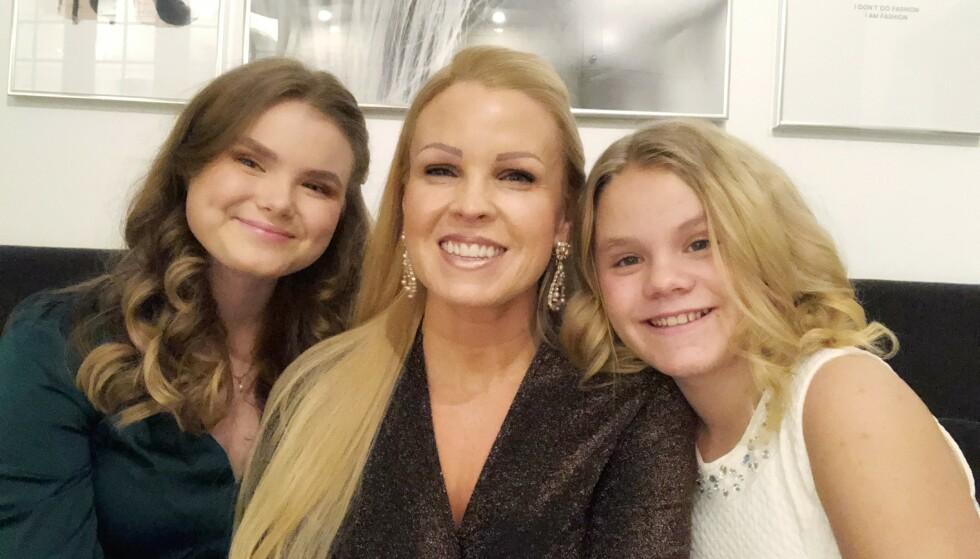 Julen 2019 var spesielt tung for Anki og døtrene hennes. Midt i sorgen var det godt å ha hverandre. Familien har et nært og tett samhold, og tilbringer mye tid sammen. FOTO: Privat